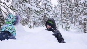 Crianças no parque que joga com neve Riso e alegria da primeira neve snowfall Passeio no ar fresco Saudável video estoque