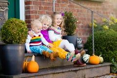 Crianças no patamar da casa no dia do outono Fotos de Stock