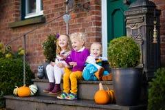 Crianças no patamar da casa no dia do outono Fotos de Stock Royalty Free