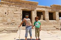 Crianças no templo - Egito fotografia de stock