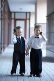 Crianças no terno de negócio ao ar livre. fotos de stock