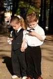 Crianças no terno de negócio com telefone móvel. Foto de Stock Royalty Free
