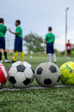 Crianças no treinamento da prática do futebol Fotografia de Stock