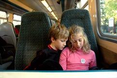 Crianças no trem Fotografia de Stock