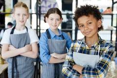Crianças nos aventais imagem de stock