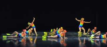 Crianças nos maiôs que dançam na fase Foto de Stock