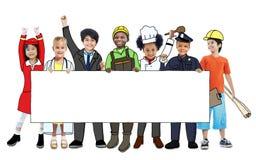 Crianças nos sonhos Job Uniform Holding Banner Fotos de Stock Royalty Free