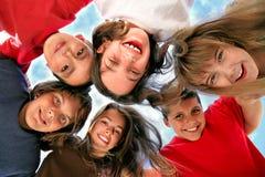 Crianças novas felizes que têm o divertimento foto de stock