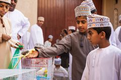 Crianças omanenses na roupa tradicional no mercado animal Omã de sexta-feira Nizwa fotos de stock