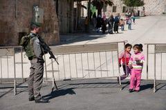 Crianças palestinas no ponto de verificação militar israelita Foto de Stock