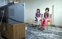 Crianças para o aparelho de televisão Fotos de Stock Royalty Free