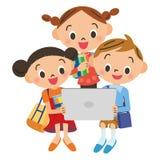 Crianças para ver uma tabuleta Fotografia de Stock Royalty Free