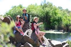 Crianças pequenas com engrenagem de viagem fora fotografia de stock royalty free