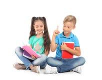 Crianças pequenas com fontes de escola fotografia de stock