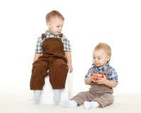 Crianças pequenas com maçã. Imagem de Stock