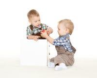 Crianças pequenas com maçã. Fotografia de Stock Royalty Free