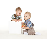 Crianças pequenas com maçã Fotografia de Stock