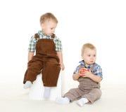 Crianças pequenas com maçã Imagem de Stock Royalty Free