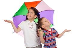 Crianças pequenas com o guarda-chuva, verific para ver se há a chuva Fotografia de Stock