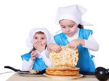 Crianças pequenas com panquecas Imagens de Stock Royalty Free