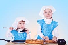 Crianças pequenas com panquecas Foto de Stock Royalty Free