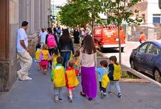 crianças pequenas com professores para guardar as mãos e andar as ruas de New York, Manhattan fotografia de stock royalty free
