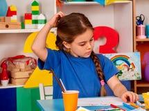 Crianças pequenas dos estudantes que pintam na turma escolar da arte Foto de Stock Royalty Free