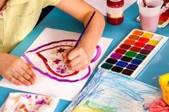 Crianças pequenas dos estudantes que pintam na turma escolar da arte Foto de Stock