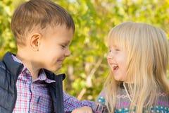 Crianças pequenas felizes no fundo da natureza Imagem de Stock