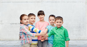 Crianças pequenas felizes que guardam as mãos na rua Foto de Stock