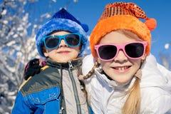 Crianças pequenas felizes que jogam no dia da neve do inverno Imagem de Stock Royalty Free