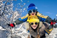 Crianças pequenas felizes que jogam no dia da neve do inverno Fotografia de Stock Royalty Free