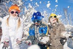 Crianças pequenas felizes que jogam no dia da neve do inverno Imagens de Stock