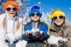 Crianças pequenas felizes que jogam no dia da neve do inverno Fotos de Stock Royalty Free