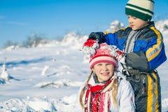 Crianças pequenas felizes que jogam no dia da neve do inverno Foto de Stock