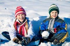Crianças pequenas felizes que jogam no dia da neve do inverno Fotografia de Stock