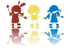 Crianças pequenas felizes que prendem as mãos nas cores Imagem de Stock