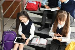 Crianças pequenas na farda da escola à moda foto de stock