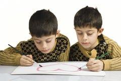 Crianças pequenas que desenham o coração Foto de Stock