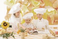 crianças pequenas sob a forma de um cozinheiro chefe Fotos de Stock Royalty Free