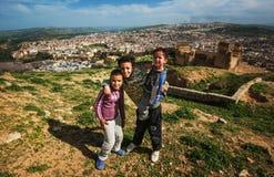 Crianças pobres desabrigadas na montanha antiga das ruínas da cidade de Fes, Fes, Marrocos imagem de stock royalty free