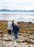 Crianças por um loch escocês Fotografia de Stock Royalty Free