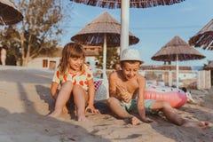 Crianças positivas felizes que têm o divertimento em um Sandy Beach imagens de stock royalty free