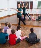 Crianças positivas que ensaiam a dança do bailado no estúdio Fotografia de Stock