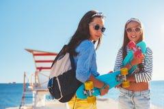 Crianças pre adolescentes com skates Imagens de Stock Royalty Free