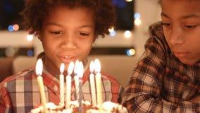 Crianças pretas com bolo de aniversário filme
