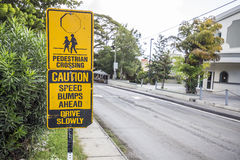 Crianças pretas e amarelas que cruzam adiante o sinal Fotos de Stock