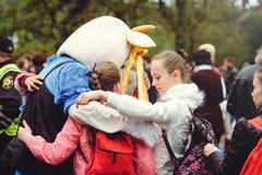 Crianças que abraçam na rua imagem de stock