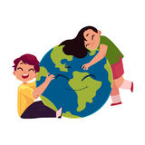 Crianças que abraçam o globo de sorriso, caráter do planeta da terra Foto de Stock Royalty Free