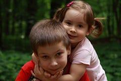 Crianças que abraçam-se fotografia de stock royalty free